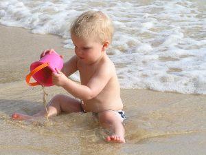 vakantie met baby op het strand